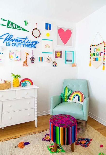 Poltrona azul em quarto com decoração colorida.