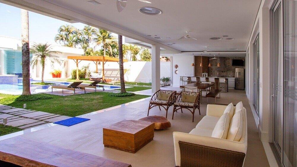 Para chácaras e espaços grandiosos você pode investir em uma varanda completa