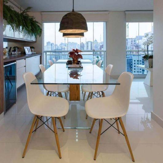 A mesa de vidro também incrementa o espaço