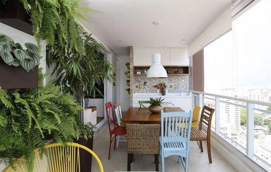 Você pode distribuir várias mesas pelo espaço e aproveitar a varanda para montar uma área gourmet moderna