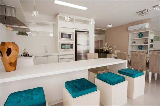Balcão e banquinhos para substituir as mesas e cadeiras nesse projeto minimalista