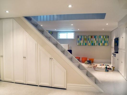 O armário branco se complementa à decoração e ainda ajuda na organização da casa