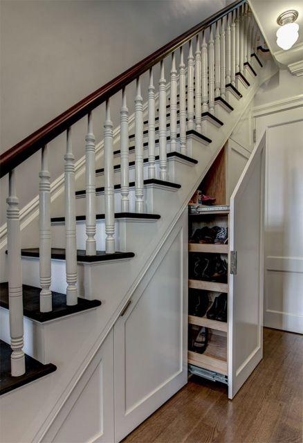 O armário serve para múltiplas funcionalidades, assim como uma prática sapateira
