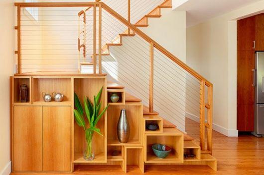 Um armário embaixo da escada + nichos que formam uma estante