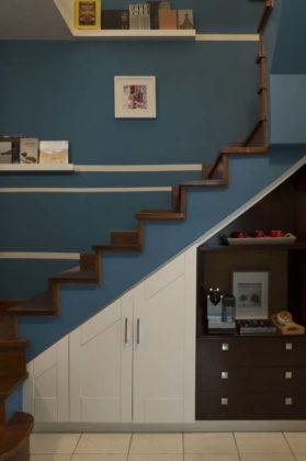 A junção de cores complementares valoriza o espaço, como por exemplo nesse projeto em azul, branco e marrom