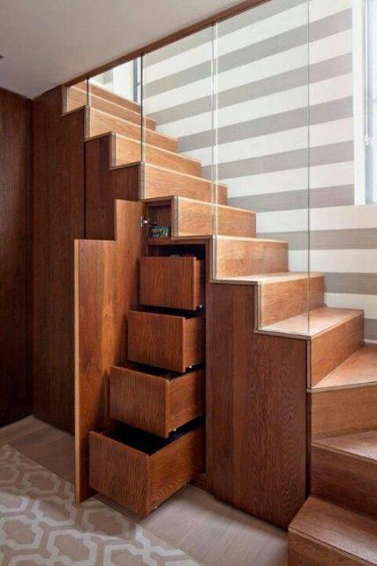 Você abre a porta do armário e surgem várias gavetas e compartimentos