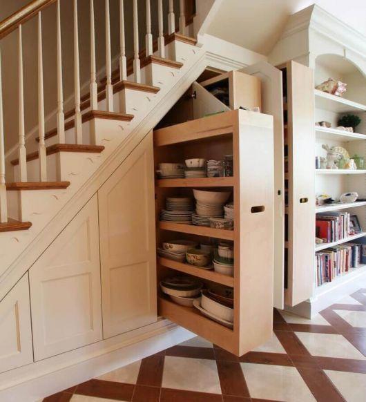 Não é só para guardar a bagunça: além disso, o armário embaixo da escada serve para deixar louças e adereços da cozinha também