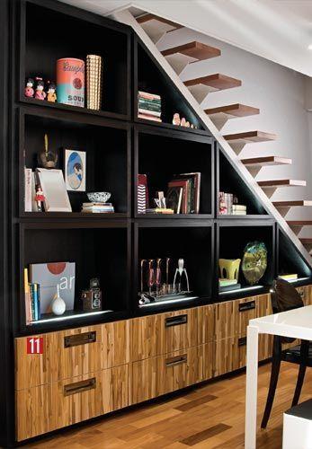 Projeto luxuoso e sofisticado no armário embaixo da escada em cor preta