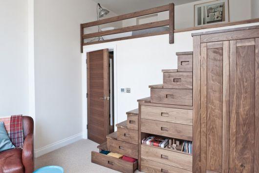 Para os amantes de detalhes rústicos, um armário embaixo da escada com várias gavetas de madeira