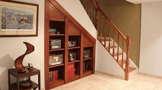O armário pode ser instalado estrategicamente, assim você pode usá-lo até para deixar itens decorativos