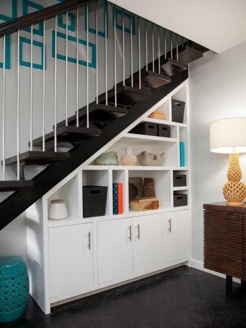 Armário embaixo da escada e estante ao mesmo tempo, que tal?