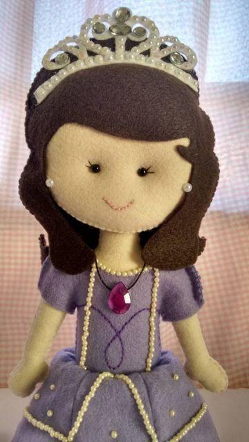 Boneca de feltro princesa com vestido roxo