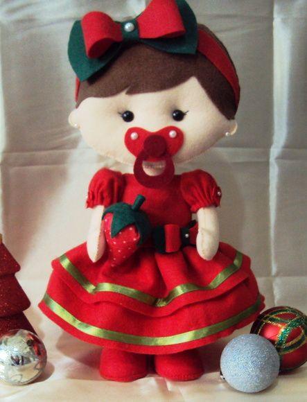 Boneca de feltro Moranguinho baby com roupa vermelha