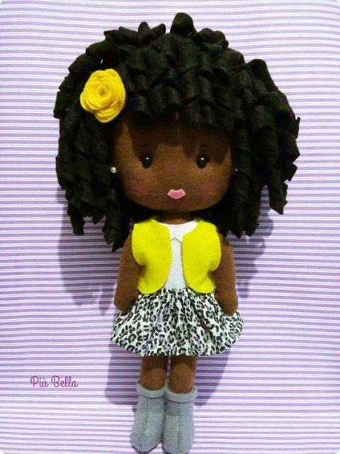 Boneca de feltro negra com blusinha amarela
