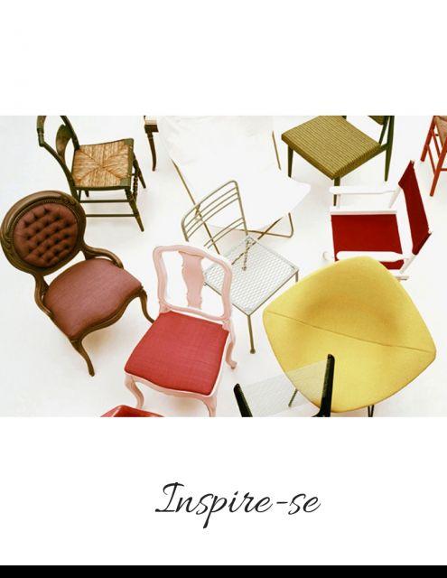 cadeiras decorativas nas cores amarela, vermelha, marrom , verde, branca e rosa.