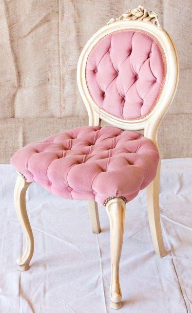 cadeira decorativa na cor rosa com dourado.