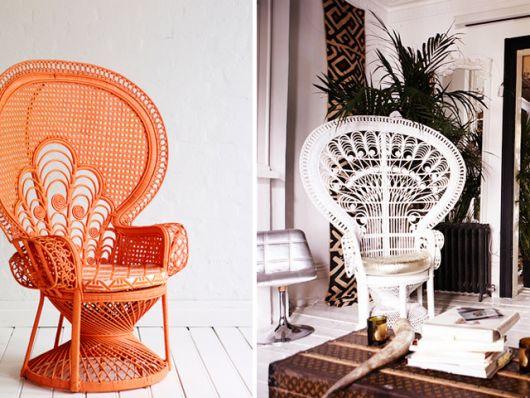 cadeiras decorativas nas cores laranja e branco com detalhes.