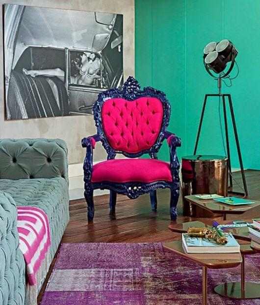 cadeira decorativa na cor rosa e azul.