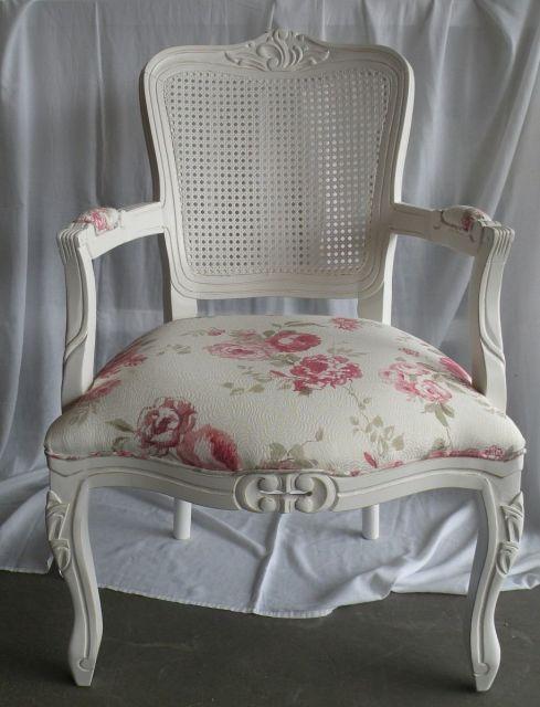 cadeira provençal com estofado floral