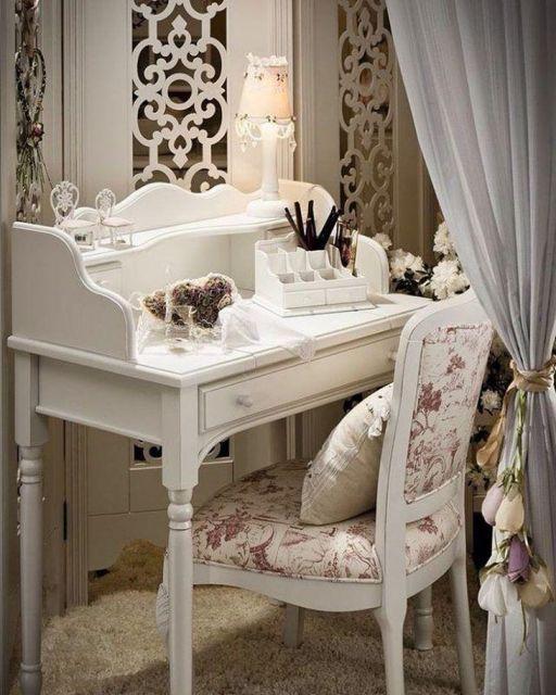 cadeira provençal com mesinha branca vintage