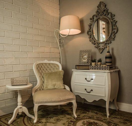 cadeira provençal branca em cantinho de leitura