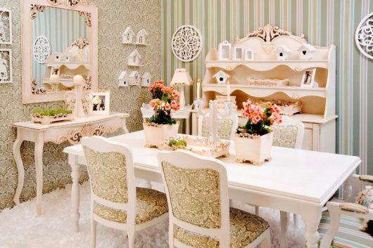 cadeira provençal em sala de jantar vintage
