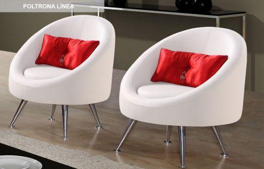 cadeira branca com almofadas vermelhas.