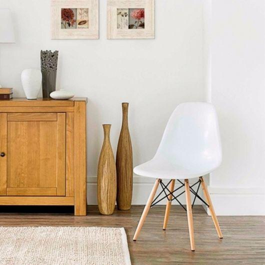 cadeira comum branca com pés torre eiffel.