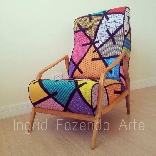 cadeira decorativa estampada nas cores rosa, verde, cinza e laranja.