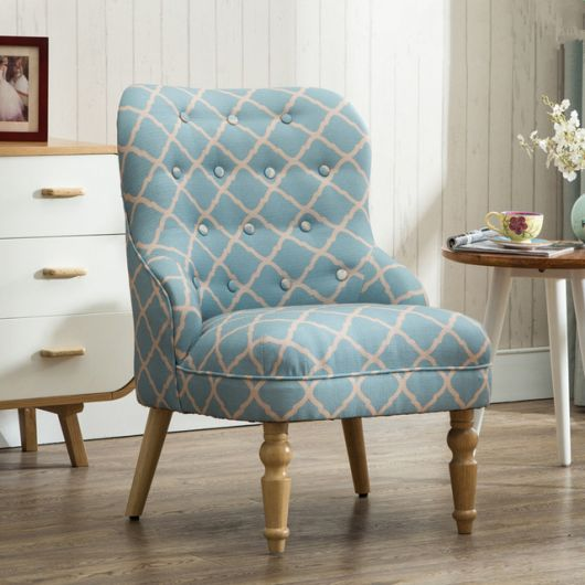 cadeira estampada nas cores azul com branco.