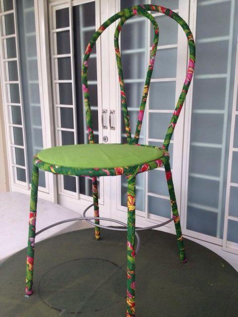 Cdeira decorativa verde customizada com tecido.