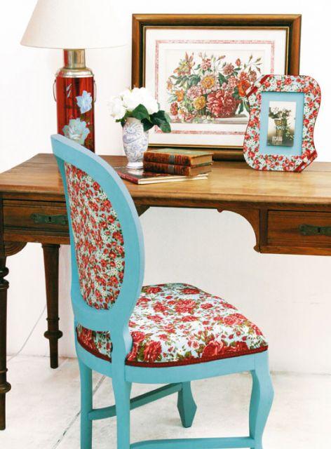 cadeira decorada com tecido floral e tinta azul.