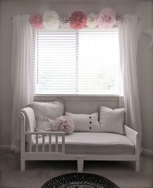 Veja ideia de decoração com cortina fluida em quarto de bebê