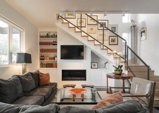 Decoração simples com TV embaixo da escada