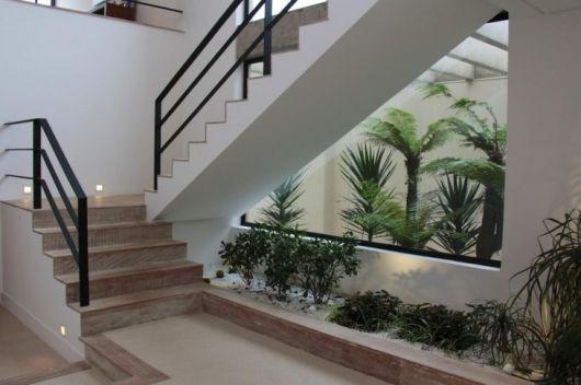 Quer um jardim de inverno? Então aproveite o espaço embaixo da escada!