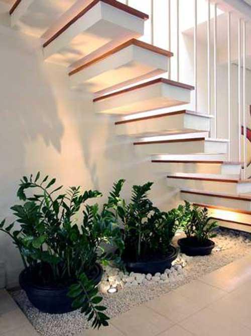 Capriche na iluminação embaixo da escada para modernizar o espaço