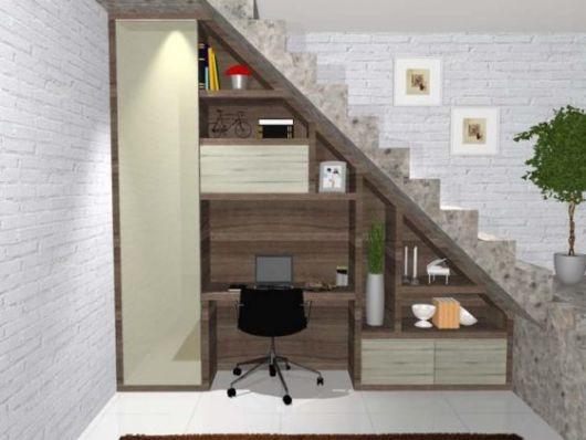 Home office é uma opção interessante de decoração embaixo da escada