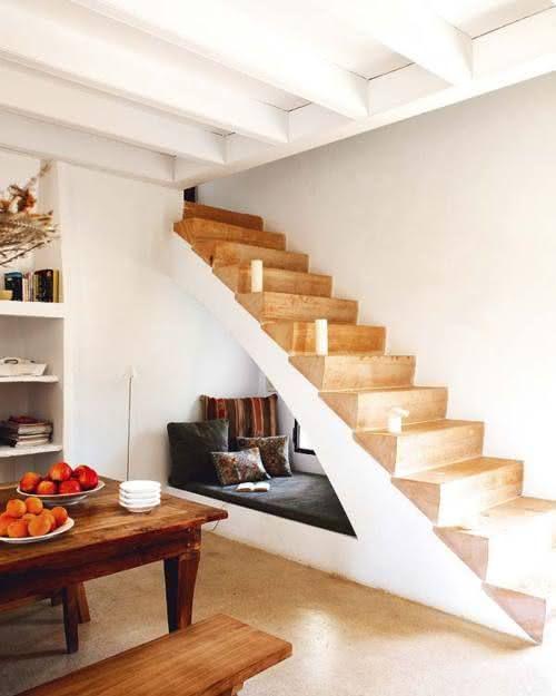 Crie um espaço para descansar bem elegante embaixo da escada