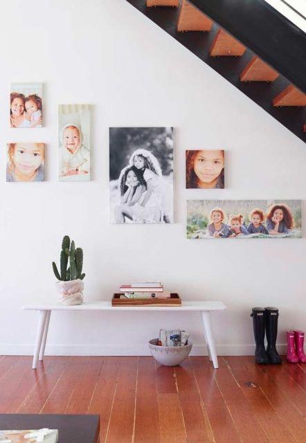 Sugestão de decoração clean com quadros embaixo da escada