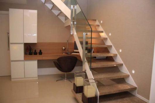 Escritório simples embaixo da escada