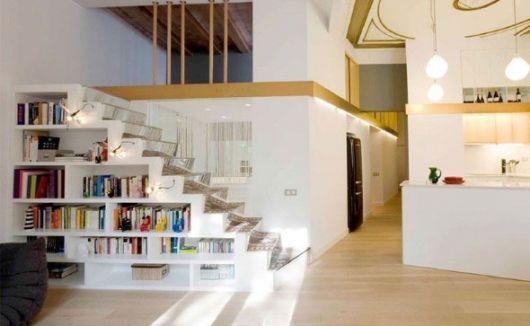 Está sem espaço para os livros? Então olhe essa ideia de nichos na escada