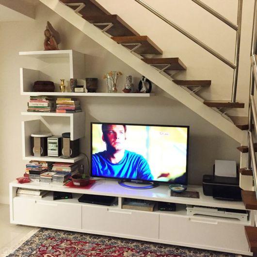 Opção de decoração embaixo da escada com TV