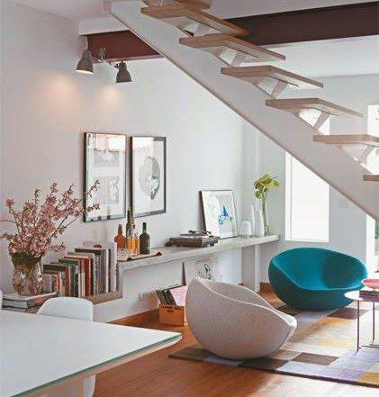 Veja uma solução para sala de estar embaixo da escada