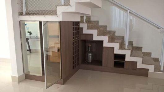 Opção de armários de madeira embaixo da escada