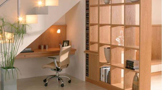 Lembre-se de iluminar seu home office embaixo da escada
