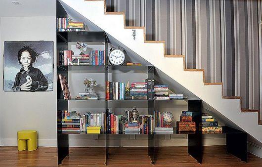 Estante moderna nivelada para caber embaixo da escada