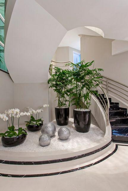 A decoração embaixo da escada com plantas é algo que dá super certo