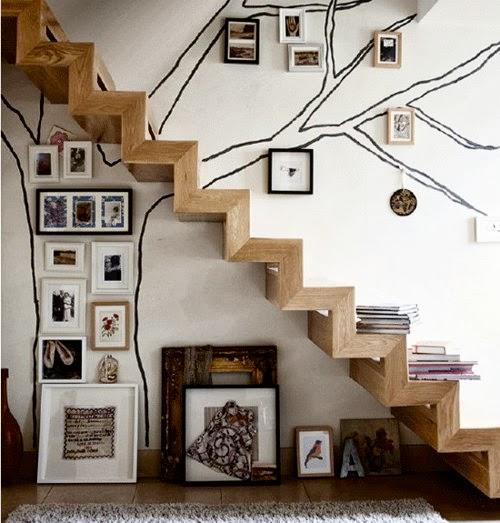 Dica para você dar um up na sala com quadros embaixo da escada