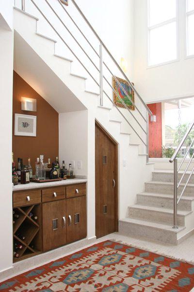 Modelo de bar com adega de madeira embaixo da escada