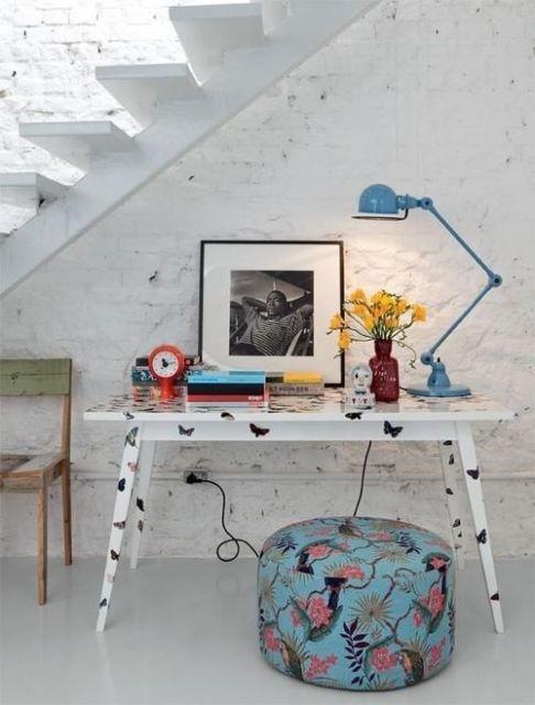 Dica de decoração moderna para escritório embaixo da escada